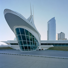 Milwaukee Art Museum [Explored] (Wilmarco Imaging) Tags: architecture architectural architektur wilmarcoimaging milwaukee wisconsin midwest outdoor exterior evening sky blue modern glass buildings building edge lines curves wideangle primelens film city