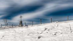 Chacun sa croix (Fred&rique) Tags: lumixfz1000 photoshop hdr raw croix froid neige paysage ciel bleu nuages blanc