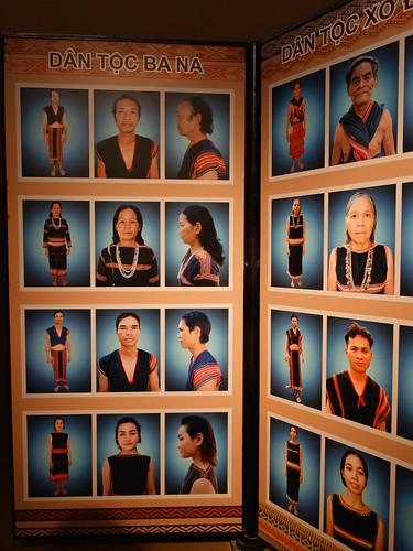 Des tenues traditionnelles bahnars et d'autres minorités