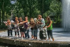 Foam in Amsterdam (Placido De Cervo) Tags: amsterdam olanda hollande schiuma foam ragazzi fontana acqua water caldo canon 10d 28135