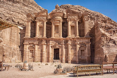 El Monasterio o Al-Dayr de Petra (Teresa Esteban) Tags: jordania aldayr petra jorda elmonasterio piedra valle monasterio banco aren
