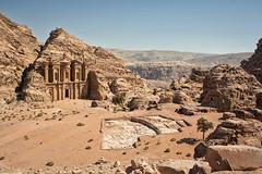 Vista del Monasterio desde el mirador (Petra) (Teresa Esteban) Tags: jordania petra monasterio aldayr monumento arquitectura piedra desierto jordan plaza arena