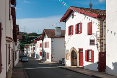 BASTIDE CLAIRENCE-100 (MMARCZYK) Tags: rouge pays basque france nouvelleaquitaine pyrénéesatlantiques bastideclairence 64 architecture vernaculaire colombage bastide navarre