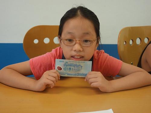 Avec 20 000 dongs elle pense acheter de la nourriture pour Pelico !