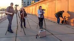 Warten aufs Model (krieger_horst) Tags: fotografen bremen fotoklub abendlicht mauer schatten