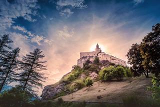 Blick hinauf zu Schloss Tarasp, Graubünden, Switzerland
