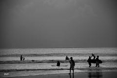 Vamos surfar!! (puri_) Tags: praia mar ondas surfista surf pranchas silhuetas