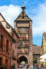 Vacances_0259 (Joanbrebo) Tags: riquewihr grandest francia fr alsace hautrhin cityscape canoneos80d eosd efs1855mmf3556isstm autofocus arquitectura edificios edificis buildings streetscenes street carrers calles gente gent people peopleandpaths rellotge reloj clock horloge