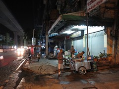 street vendors starting to get ready for the day's business (the foreign photographer - ฝรั่งถ่) Tags: street vendors carts pedestrians dog phahoyolthin bangkhen bangkok thailand early morning low light canon