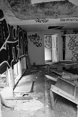 IMG_0050 (www.ilkkajukarainen.fi) Tags: abandoned hylätty autio talo building specter smash kaave sekasorto architecture overgrown ruins historic kruunuvuori helsinki blackandwhite mustavalkoinen photo valokuva kummitus