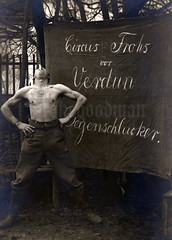 """""""Circus Frohs vor Verdun Degenschlucker"""" (✠ drakegoodman ✠) Tags: zirkus verdun circus artist schwertschlucker"""