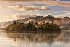 Cat Bells Mist (Tracey Whitefoot) Tags: 2017 tracey whitefoot lake district lakeland lakes derwentwater keswick derwent water mist misty cat bells autumn fall morning reflection reflections calm still
