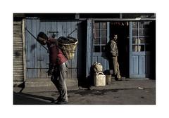 Lives.   ( Darjeeling ) 1994 (José Luis Cosme Giral) Tags: lives men travel street hardwork nikon fe scanned kodachrome64 darjeeling india 1994