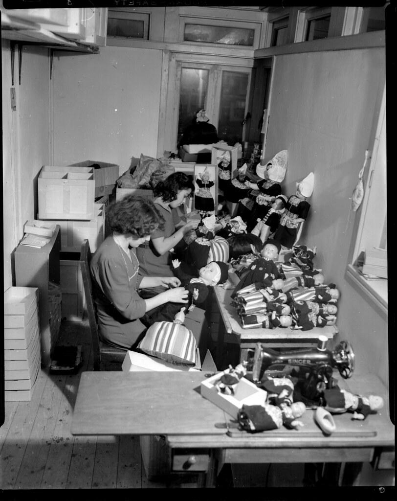 11 08 1950_08498 volendammer poppen iisg tags benvanmeerendonk volendam beroepen occupations
