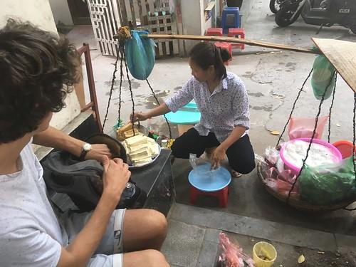 Du tofu frit dans la rue.