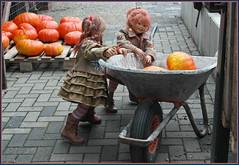 Sanrike, die Karre ist zu schwer für uns ... (Kindergartenkinder) Tags: kürbis hofladen kindergartenkinder annette himstedt dolls annemoni sanrike tivi kostüm