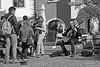 Straßenmusik (Menschenlandschaften) Tags: menschen personen street schwarzweis bw sundaylights pepole menschenlandschaften sundaylightsweek47themepeople