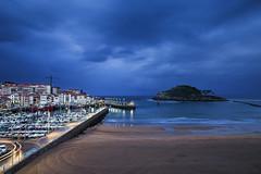 Anochece en Lekeitio (noldor12) Tags: lekeitio bizkaia playa garraitzisuntza isladesannicolás karraspio puerto pesqueros paísvasco spain bajamar anocheciendo canoneos6d canonef1635f4lisusm