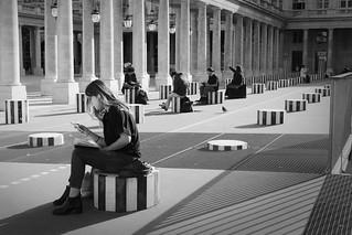 Le jeune étudiante ds beaux-arts au Palais Royal