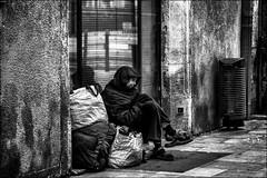 D'autres font leurs courses de Noël... / Others are shopping for Christmas...! (vedebe) Tags: humain people human city ville urbain urban street rue noiretblanc netb nb bw monochrome social société