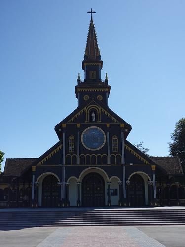 Voici une des églises de Kon Tum, elle a la particularité d'être en bois