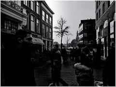 Groningen (Schnarp) Tags: groningen stad provinciegroningen city grunn stadt binnenstad altstadt straat strasse street streetphotography straatfotografie strasenfotografie nederland niederlande netherlands holland paysbas europa europe samsunga52017 mobilephonecamera mobieletelefooncamera bw blackandwhite zwartwit schwarzundweis