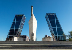 gegliedert (krieger_horst) Tags: spanien architektur denkmal statue monument monumento schräg madrid