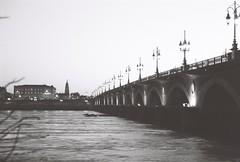 Pont de pierre matinale (Simlgen) Tags: canoneos500n argentique noiretblanc matin pontdepierre bordeaux