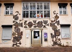 1968 Berlin-O. keramische Wandgestaltung von Leni Schamal Hasselwerderstraße 22 in 12439 Niederschöneweide (Bergfels) Tags: skulpturenführer bergfels 1968 1960er 20jh ddr berlin ostberlin berlino keramik wandgestaltung wandbild bauschmuck lenischamal lschamal schamal hasselwerderstrase 12439 niederschöneweide schöneweide skulptur plastik beschriftet guessedberlin gwbsurfer321meins