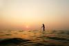 Jouer avec le soleil... (Play with the sun) (Ma Poupoule) Tags: goa inde india asie soleil coucherdesoleil paddle sport vagues wave agonda sunset beach plage