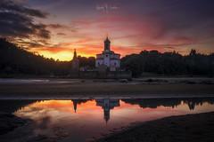 Light on the dead (Ramón M. Covelo) Tags: asturias niembro church iglesia cementerio cemetery horizontal sunset
