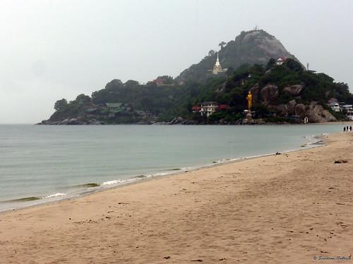 Buddha stante al tempio di Khao Takiab su Hua Hin Beach, Tailandia