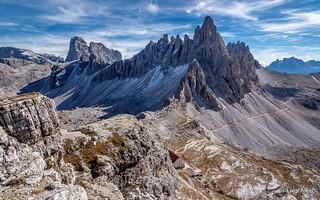 Dolomiti - il monte Paterno e in basso il rifugio Locatelli