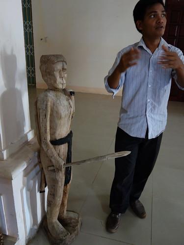 A Loai, notre guide avec une statue bahnar