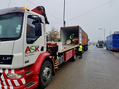 Accident Unit Removing A Car From A Shipping Container (JAMES2039) Tags: tow towtruck truck lorry 4wheeler 105 artic tractorunit trailer lf55tow flatbed hiab accidentunit cardiff rescue breakdown ask askrecovery recovery bridgend container shippingcontainer car box