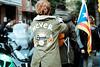 Insatisfaction (GuilleDes) Tags: bandera calle chaqueta espalda desenfocado fotolog