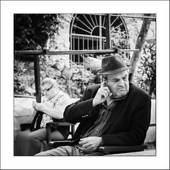 Images Singulières du Portugal #67 (Napafloma-Photographe) Tags: 2017 algarve bandw bw catégorieprojet géographie métiersetpersonnages personnes portugal techniquephoto vacances blackandwhite chapeau couturière monochrome napaflomaphotographe noiretblanc noiretblancfrance photoderue photographe province streetphoto streetphotography caldasdemonchique pt bestportraitsaoi elitegalleryaoi