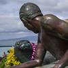Because I like it (OzzRod) Tags: pentax k1 hdpentaxdfa28105mmf3556 sculpture surfer seal streetart aloha kūhiōbeachpark waikiki hawaii