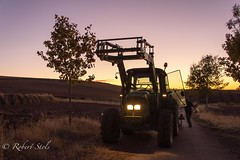 Farmers working late. (M6NL) Tags: spain johndeere villamanrique backlight spanje tractor