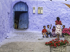 Kindergarden (Street Shooting Workshops 2018) Tags: maroc morocco marokko berber chefchaouen chauoen strasenfoto strassenfoto strasenfotografie streetfotograf strasenfotograf strassenfotografie streetfotografie street photography streets streetphoto streetshooting reise travel reisefotografie workshop seminar fotokurs kurs lehrgang photowalk fotowalk coaching people portrait person candid face faces red children blue streetfoto kid kids child kind kinder urlaub reisefoto fotoreise holidays streetphotography tomsche fotoworkshop leute menschen schule