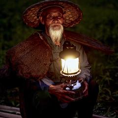 Chine - Pêcheur aux cormorans à Xingping. (Gilles Daligand) Tags: chine china guangxi xingping pêcheur fisherman cormorans cormorants rivièreli 3li river sunset chapeau hat panasonic gx7
