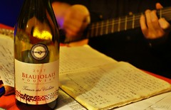 ~~ Quand le Beaujolais Nouveau rime avec chansons...~~ ~~ (Joélisa) Tags: beaujolaisnouveau vin fête bouteilles novembre2017 guitare mains chansons