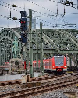 Une BR423 sur le S12 arrive en gare centrale après avoir traversé le pont Hohenzollern