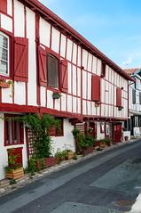 BASTIDE CLAIRENCE-115 (MMARCZYK) Tags: rouge pays basque france nouvelleaquitaine pyrénéesatlantiques bastideclairence 64 architecture vernaculaire colombage bastide navarre