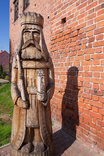 Figura króla przy bramie zamku w Łęczycy