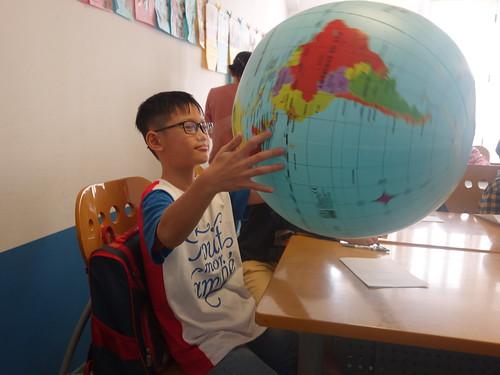 Un globe a permis aux enfants de nous montrer où se trouve la France, le Vietnam et le Maroc.