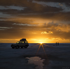 A colourful surprise at the end of a grey day... (Cecilia A) Tags: bolivia salardeuyuni ©ceciliaa potosi sunset pordosol coucherdesoleil atardecer salar landcruiser canon canon6d uyuni
