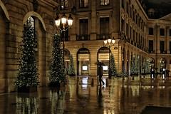 Place Vendôme (erichudson78) Tags: france iledefrance paris1er placevendôme reflets reflection urbanreflection pluie rain canoneos6d canonef24105mmf4lisusm nuit night streetphotography parapluie umbrella scènederue