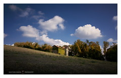 Fra terra e cielo (GP Camera) Tags: nikond7100 sigma1770contemporary countryside campagna landscape paesaggio view veduta field campo grass erba wood bosco trees alberi fronds fronde branches rami sky cielo clouds nuvole houses case light luce shadows ombre lightandshadows lucieombre lighteffects effettidiluce silence silenzio quiet quiete calm calma wind vento morning mattino autumn autunno textures trame vignetting shades sfumature depthoffield profonditàdicampo contrasts contrasti whiteframe cornicebianca italy italia piemonte monferrato darktable gimp opensource freesoftware softwarelibero digitalprocessing elaborazionedigitale