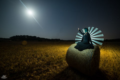 Moonlight & Straw (Frodo DKL) Tags: lightgraff light painting lightpainting lp long exposure night larga exposición nocturna nocturnal pintar con luz children darklight dkl playa beach estrellas stars vía láctea milky way mallorca prado balas de paja straw bale moon luna tube tubo tubos lighttubes